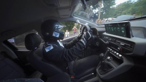 """导读:起步价仅9.28万元的长安凯程F70挑战""""汽车连续攀爬台阶坡道距离之最""""成功!  现代汽车发展至今100余年,有许多不可思议的记录,比如连续漂移最长距离由宝马M5保持着、漂移停车前后最短距离则由宝马MINI COOPER三门版保持着。这些世界纪录的背后,则是汽车性能的傲人体现!看来漂移之王的美誉非宝马莫属不可?其实不然!   相比宝马而言,自主品牌车型在世界记录挑战上,一直默默无闻很少听到挑战世界纪录的新闻,但长安凯程打破了僵局,长安凯程F70挑战""""汽车连续攀爬台阶坡道距离之最""""成功! 打破世界纪录   位于云阳的""""长江第一梯"""",729级台阶,虽然距离只有437米,但垂直落差200多米,最大坡度27度,十分陡峭,长安凯程F70从梯底到完全征服""""长江第一梯"""",用时2分45秒73。小编掐指一算,每一级台阶通过的时间约为0.22秒,眨个眼睛就攀上5级台阶,速度相当快!而此前此项记录的""""挑战者""""成绩为4分30多秒,长安凯程F70几乎将完成时间缩短近一半! 破纪录的背后是硬核实力的体现 能够取得如此优异的世界纪录,与长安凯程F70硬核的综合实力密不可分:前双叉臂悬挂、伊顿后桥电子限滑差速锁、行业领先的接近角与离去角、230mm最低离地间隙、100%的爬坡性能,很少见到自主品牌的皮卡产品有如此惊人的产品力。更别说来自博格华纳的智能四驱系统,作为全球最知名的十大顶级汽车零部件供应商之一的博格华纳,在动力总成、传动系统上绝对是领导者,而长安凯程F70能够搭载上来自博格华纳的四驱系统,自然如虎添翼:不然该车怎么会是""""规定时间内定点漂移""""的世界纪录保持者呢?   就在打破""""汽车连续攀爬台阶坡道距离之最""""的世界纪录前2日,长安凯程F70以量产车的原厂状态挑战""""规定时间内定点漂移"""",以1分钟内漂移圈数14圈的成绩打破了此前该项世界纪录保持者的1分钟12圈的原世界纪录,成为了世界纪录保持者。定点漂移相对常规漂移而言,难度更大,不仅对车手的车技要求更高,对车辆的三大件以及轮胎、制动系统的要求也更高。而打破""""规定时间内定点漂移""""的世界纪录,可以看出长安凯程F70这款大皮卡在整车稳定性与操控性上确实超越同级车型。   除了超强的产品实力之外,长安凯程F70的研发也十分值得说道——中欧合作全球新一代大皮卡——长安凯程与PSA共同研发的全球化车型:在欧洲将挂着""""小狮子""""LOGO销售,而在国内,则挂上了长安凯程的LOGO进行销售。大家都知道,PSA以底盘和操控在业界领先,要不也不能成为2项世界纪录的保持者! 性能好,同时也很好用 都说合资车型要买就买全球化的,到了长安凯程F70这儿可能需要转变一下了,中国品牌全球化车型一样值得购买。除各项性能上的优势,长安凯程F70在使用中也相当舒心:80L大油箱能够提供1000公里以上的超强续航;全底盘部件由日本索密克供应,品质完全无需担心;1000KG的荷载能力以及1220mm同级竞品最宽的轮罩间距,拉大件货物也不担心装不下。   在智能网联方面,长安最新的inCall3.0系统相当好用,唤醒之后利用语音助手就能操控播放在线音乐、导航、空调等常用功能,解放双手的同时也增强了驾驶安全性。长安凯程F70作为一辆""""硬汉""""皮卡车型,还通过5000米高海拔、52摄氏度高温、零下40度高寒、95%湿度高湿总计长达1000万公里长里程的验证,用户可以安心使用,并且双面镀锌钢板的车身还有10年防腐能力和4年20万公里质保。   写在最后 许多人的眼里可能看到的只有挑战世界记录成功,而从不知道挑战成功的背后有多少值得说道的故事。就拿长安凯程F70此次挑战""""汽车连续攀爬台阶陡坡道距离之最""""来说,2分45秒73的成绩背后,则体现出长安凯程F70在动力性能、底盘可靠等方面的优异水平。一辆能够以平均0.22秒速度通过一步台阶的长安凯程F70,绝对可以安全驶过任何烂路,完成该车装载、运货的任务,破世界纪录的性能在日常生活中不仅够用,还有留有许多余地!作为一辆售价区间9.28万元至13.98万元的皮卡车型来说,长安凯程F70已经算是超值之选,不知道长安凯程F70下次还会为我们带来怎样的挑战呢?"""